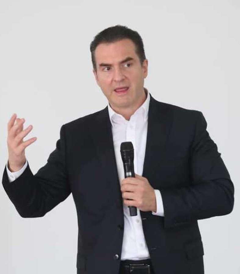 Dice Adrián de la Garza que, ante cualquier problema, Samuel García responde de un modo infantil.