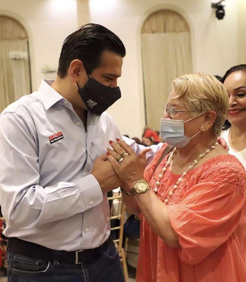 Paco Cienfuegos se compromete con los adultos mayores de Monterrey