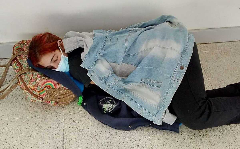 Estudiante con Covid-19 muere esperando ser atendida en el piso del hospital