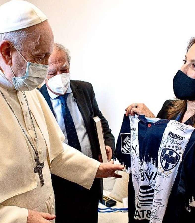 Recibe papa Francisco jersey de Rayados autografiada por todo el equipo