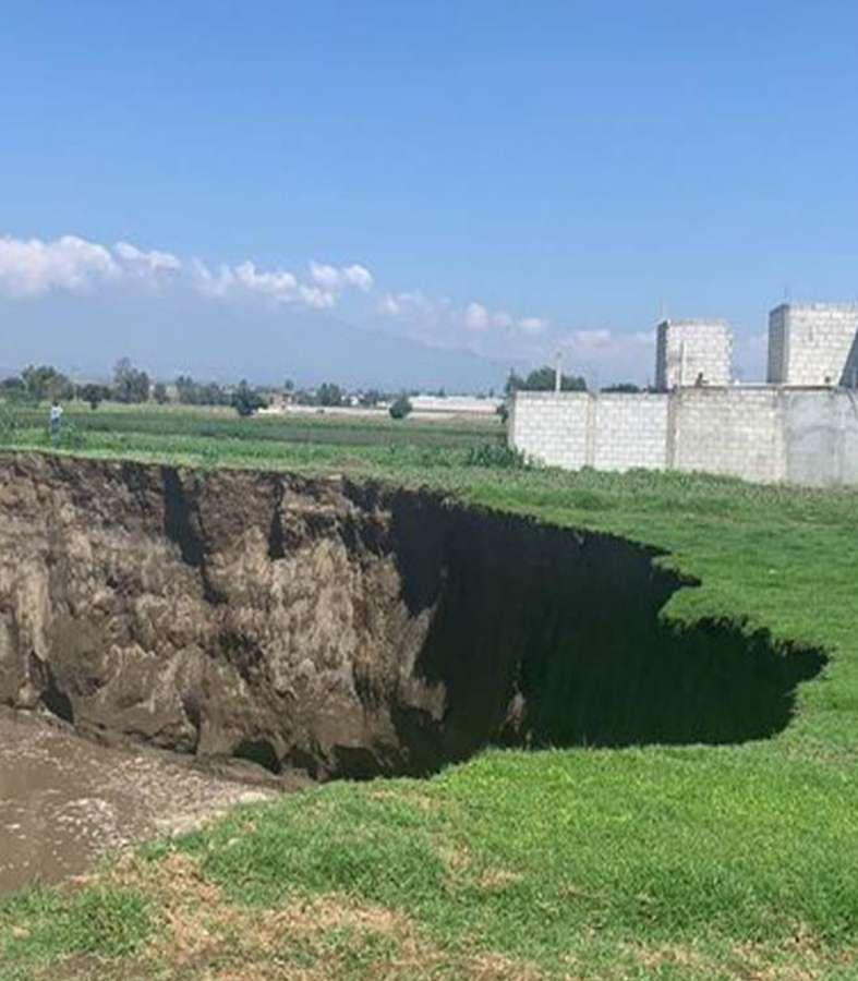 Se abrió la tierra en Puebla: ¿Qué se sabe del socavón gigante?